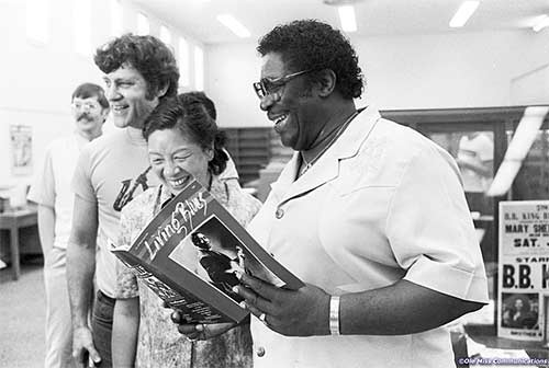 B.B. King (right) reads Living Blues magazine during a visit to UM.