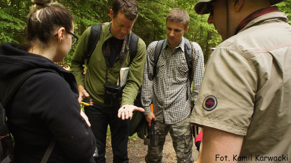 Jason Hoeksema (second from left) shows a specimen to UM students.